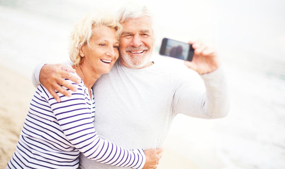 En kvinna och en man tar en selfie